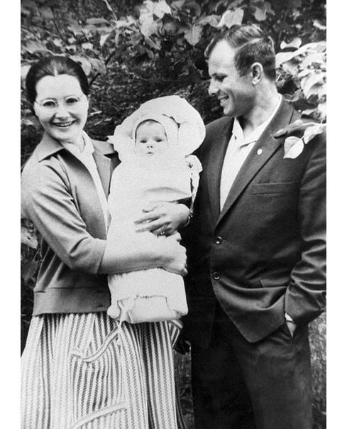 Юрий Гагарин перед зачислением в отряд космонавтов с женой о новорожденной дочкой Оренбург, 1959 г.Спасибо за и
