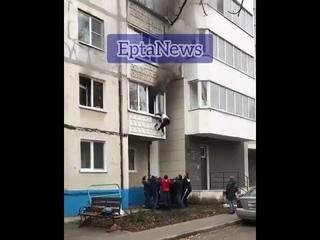 В Белгороде неравнодушные прохожие спасли пару пенсионеров из горящей квартиры