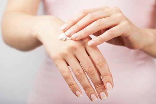 Мазь для рук от трещин и морщин Мазь Ухоженные ручки - убирает морщины, пигментные пятна и трещины на руках. Сначала растворяет в 1 л теплой воды 2 ст.л. соли и держит в этом растворе руки 10