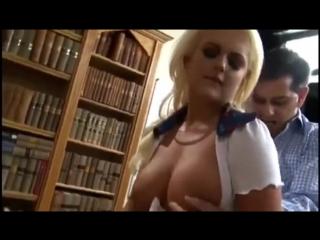 Riesige 32G Brüste der BBW-Göttin Katie Thornton im Schaumbad