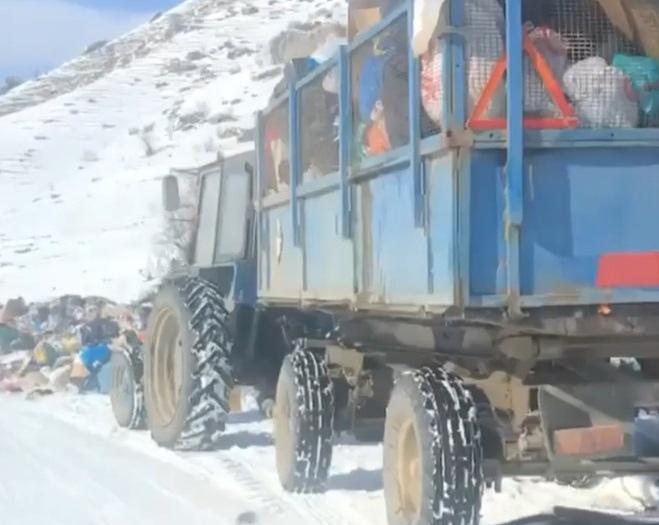 В КЧР мусорный оператор вываливает мусор на дорогу вместо полигона ТБО