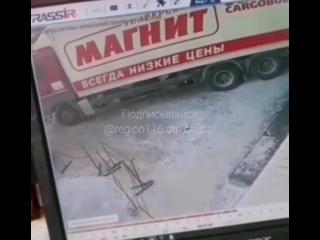 """Фура """"Магнита"""" протаранила припаркованные авто в Казани"""