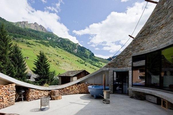 Вилла, вырытая в альпийском холме