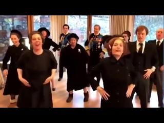 Состав сериала Корона танцует под Лиззо, видео которое «никогда не предназначалось» для показа!