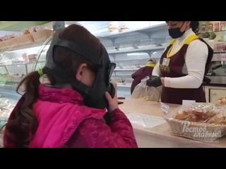 Девочка покупает пирожные в Золотом Колосе  Ростов-на-Дону Главный