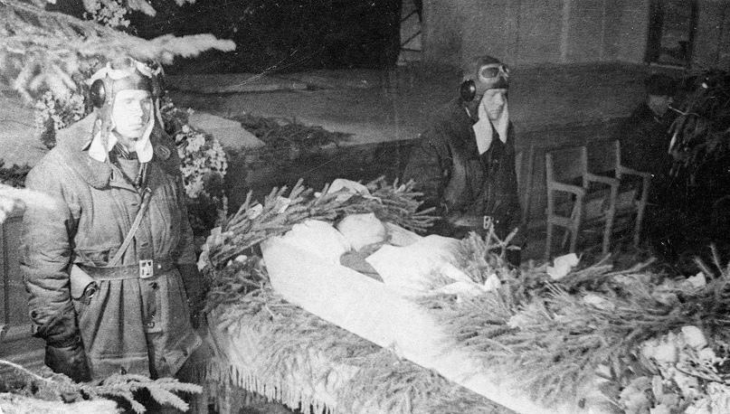 Февраль 1942 года. СССР. Похороны младшего лейтенанта В.В. Силантьева. Авиагарнизон Кубинка.  Архив В.И. Петрова