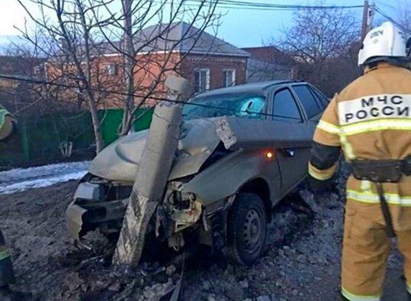 Под Азовом водитель иномарки снес бетонный столб  ...