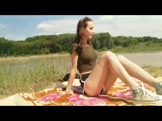 Трахнул молододую тощую студентку на пляже ( русское порно на природе, кончил в киску на трусики, секс в публичном месте)