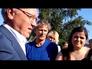 Опять власть x@мит людям. Губернатор Усс умеет КАЧАТЬ ПРАВА и затыkать народ, задающий вопросы!