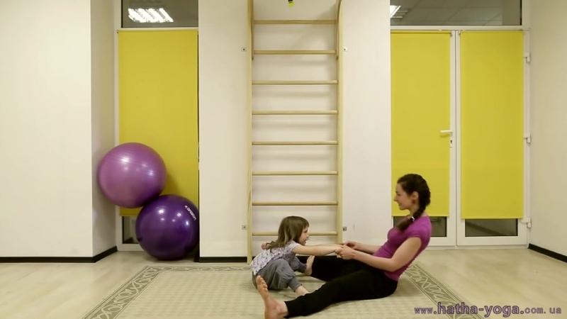 Чем занять детей Парная йога с детьми сближает с родителями успокаивает