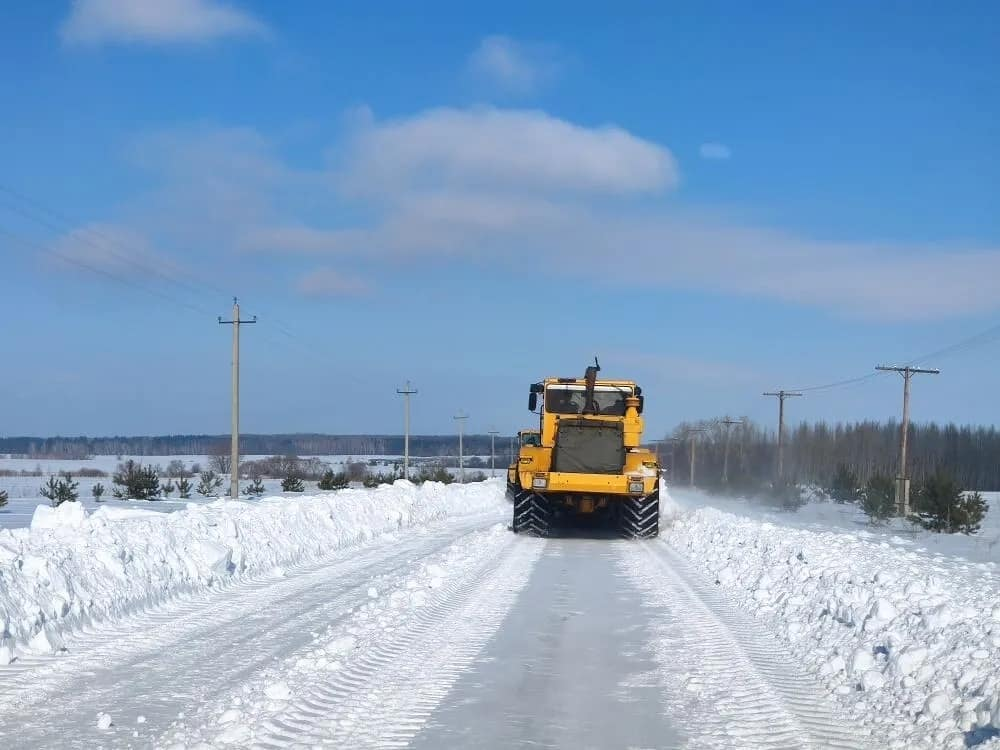 В Петровском районе продолжается расчистка автодорог