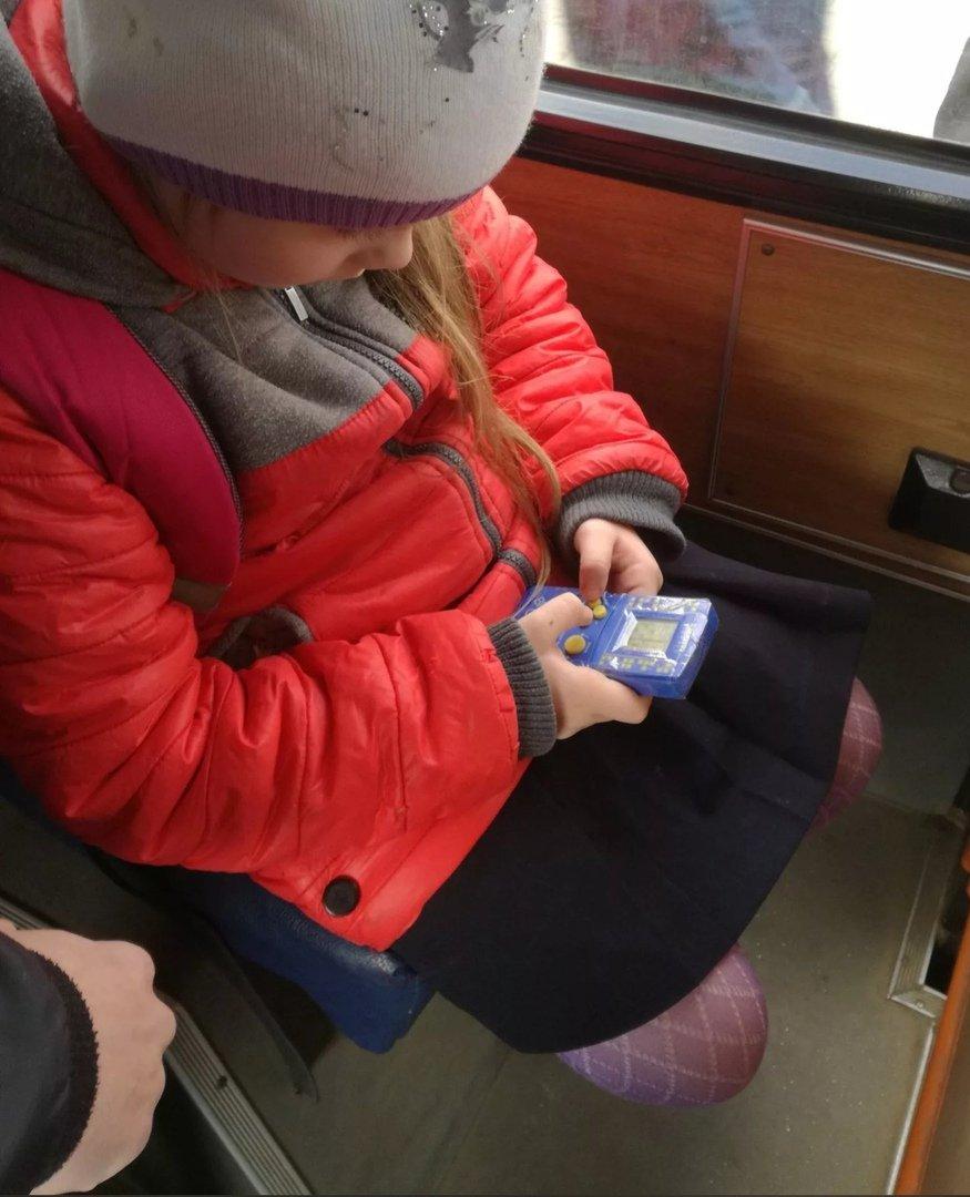Сегодня увидел девочку с чем-то типа тетриса)) Вспоминаю себя с этой штукой)) Не оторвать было!