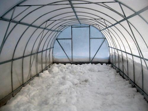 Надо ли закрывать теплицу из поликарбоната на зиму?, изображение №5