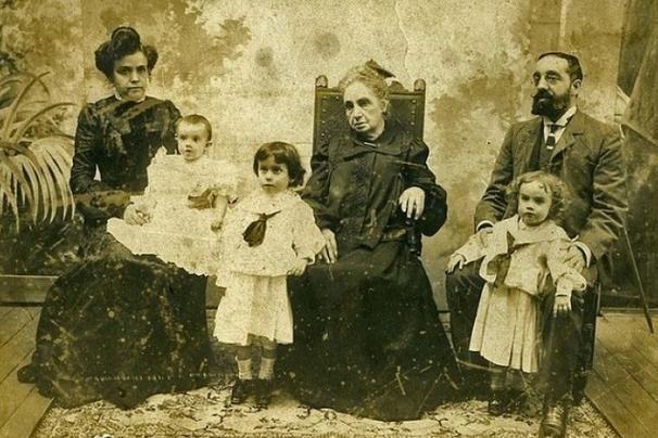 Возможно, вы замечали, что на фотографиях 19-го века люди почти никогда не улыба...