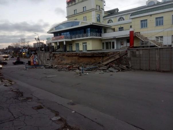 В Рязани на проезжую часть обрушилась часть огражд...