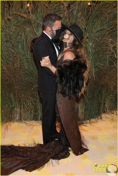 Дженнифер Лопес в образе ковбойши и Бен Аффлек на дорожке Met Gala 2021 52-летняя Дженнифер Лопес в ковбойской шляпе и кожаном платье с меховыми плечами мы еще не видели! Певица появилась в