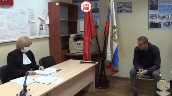 Суд над Навальным происходит в отделе полиции прямо сейчас