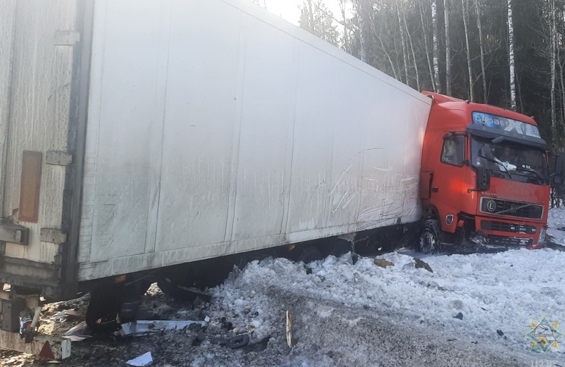 Польская фура выскочила на встречку. Подробности столкновения двух грузовиков под Борисовом