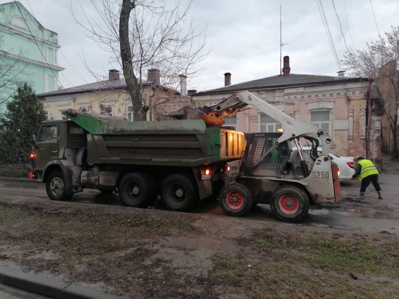 В городе Таганроге продолжаются работы по уборке дорог