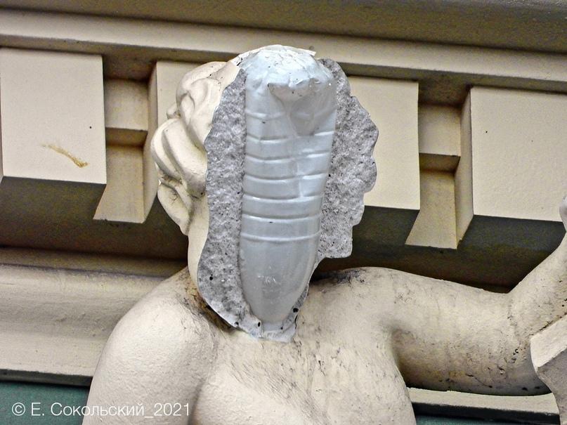 У отреставрированной на доме статуи отвалилось лицо. Внутри оказалась пластиковая бутылка