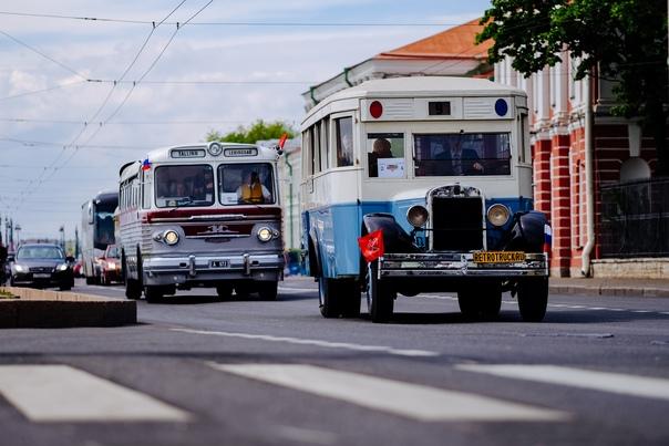 VI ПЕТЕРБУРГСКИЙ ПАРАД РЕТРО-ТРАНСПОРТА  Полным ходом идёт подготовка к наиболее масштабному и зрелищному мероприятию ретро-сезона в России - Петербургскому параду ретро-транспорта.  В субботу 22 мая сотни раритетных автобусов, троллейбусов, трамваев, грузовых и легковых автомобилей, а также мотоциклов проследуют по центральным улицам и проспектам Санкт-Петербурга. Колонны будут отправляться от Морской набережной каждые 10 минут, начиная с полудня. Увидеть раритетную технику можно будет на Наличной улице, Большом проспекте Васильевского острова, Университетской набережной, Дворцовом мосту, Невском и Суворовском проспектах. А начиная с 13 часов участники парада будут прибывать на Инженерную улицу, Кленовую аллею, площадь Белинского и набережную Фонтанки, где откроют выставку под открытым небом. Вход свободный!  Участникам, желающим проехать в колонне на своих ретро-автомобилях, советуем поторопиться: заявки принимаются только до 10 мая на сайте https://www.avtobus.spb.ru/about/parad-retro или retroparade.ru.  Фото: Евгений Рудницкий
