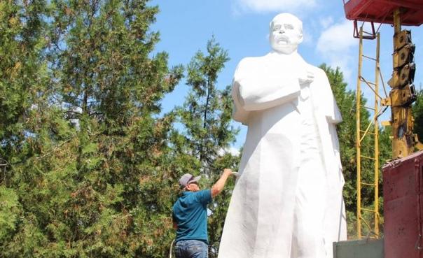 В Белгороде-Днестровском у здания городского совета обновили внешний вид памятника Т.Г. Шевченко.