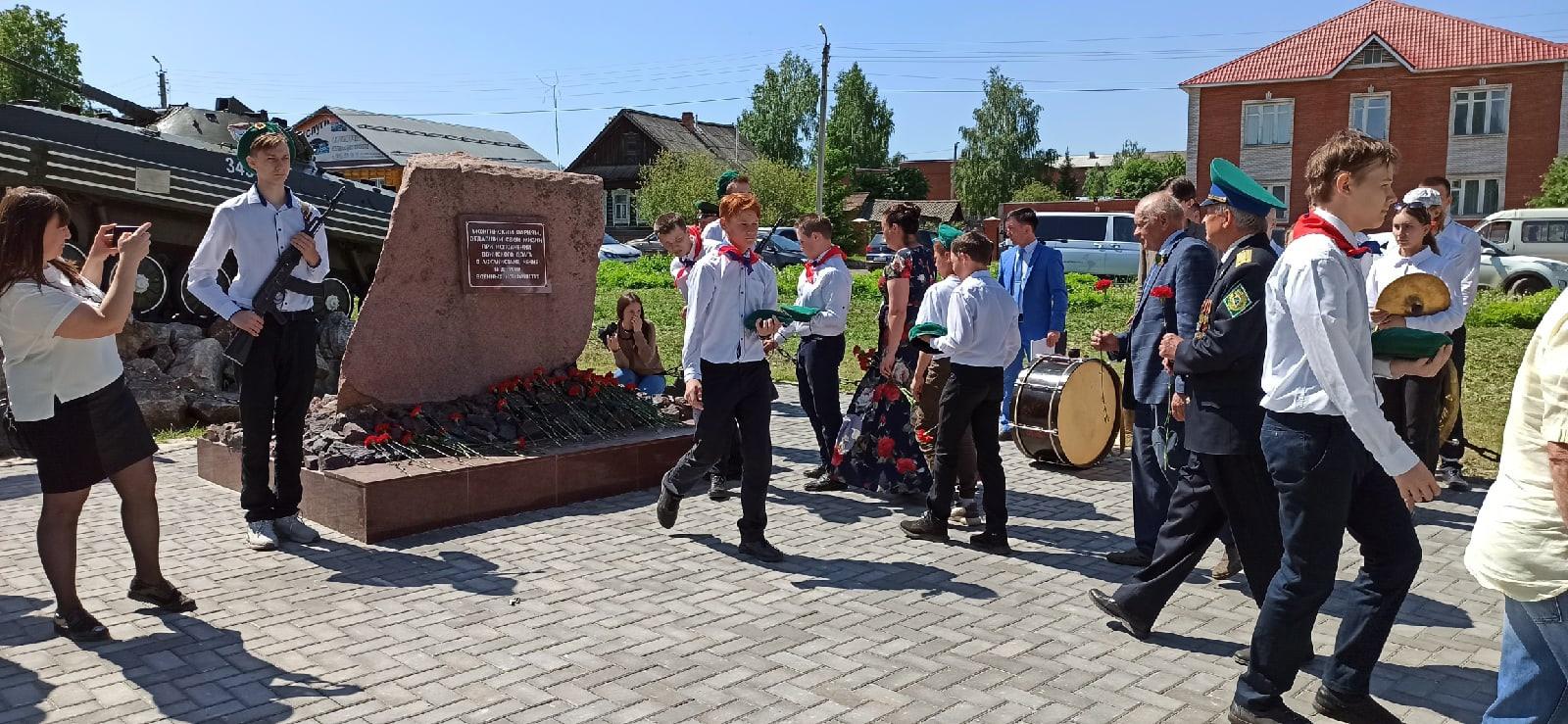 Возложение цветов к памятнику можгинцам погибшим при