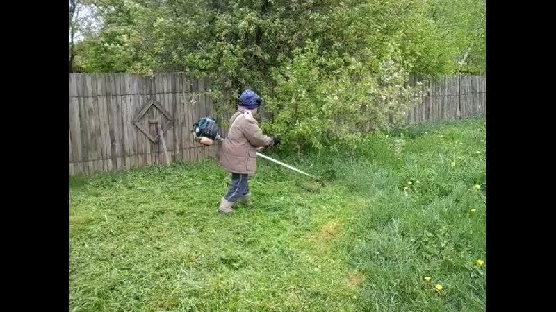 Арсений косит траву