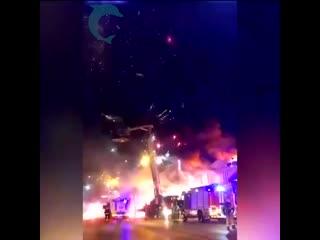 В Ростове-на-Дону загорелся склад фейерверков и несколько минут можно было наблюдать грандиозный салют