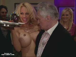 Голая Памела Андерсон в качестве сюрприза на вечеринке к 82-му дню рождения основателя журнала Playboy Хью Хефнера (2008 год).