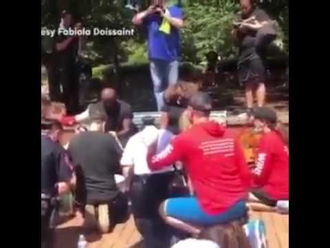 Linke, nachweislich geisteskrank Polizisten (!) waschen Schwarzen die Füße!
