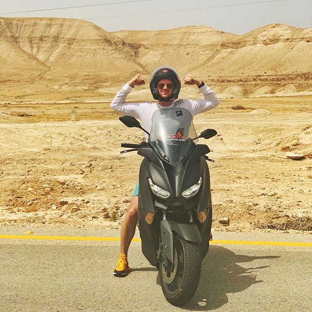 Александр Соколовский: Мотопутешествия становятся неотъемлемой частью моей жизни. Правда я не был особо готов к 43 градусам жары. Именно такой температурой встретила пустыня по дороге к горе Масада, где находится знаменитый Ирадион. Главное не забывать пить много воды🙏🏝 #desert #palestine #travel #мотосокол
