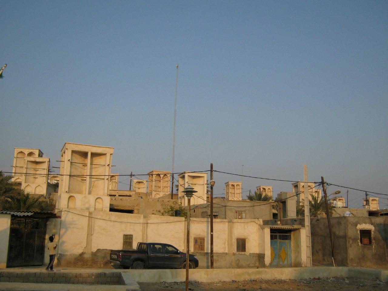 а село Бандер Лафт с бадгирами (ветроуловителями)