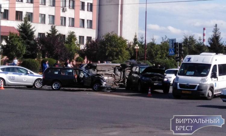 Не перекрёстке ул. Гаврилова и Ленинградской серьёзное ДТП, автомобиль лежит на боку