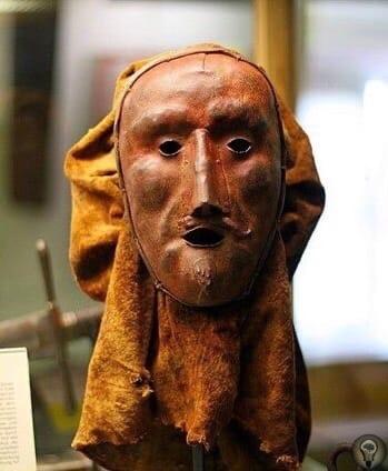 На фотографии изображен капюшон палача, который экспонируется в Музее преступлений средневековья в Ротенбурге, Германия