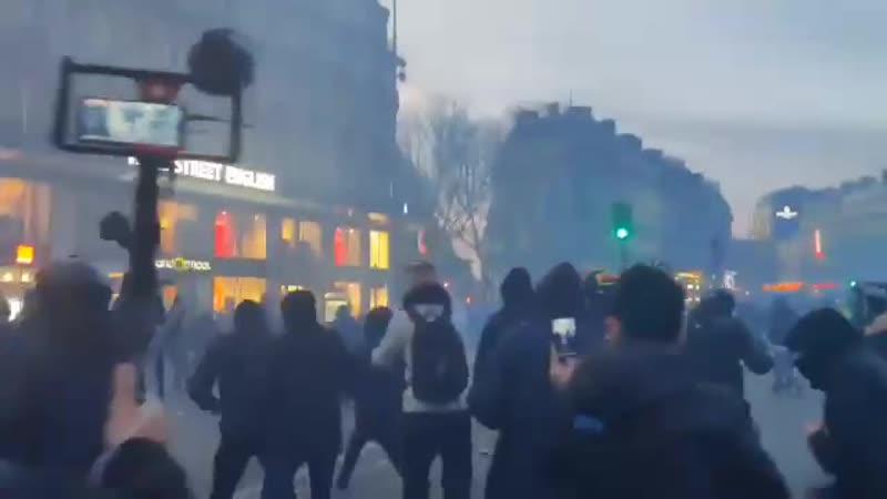 Frankreich Streik Demonstranten zwangen die Bullen vom Platz der Repuplik
