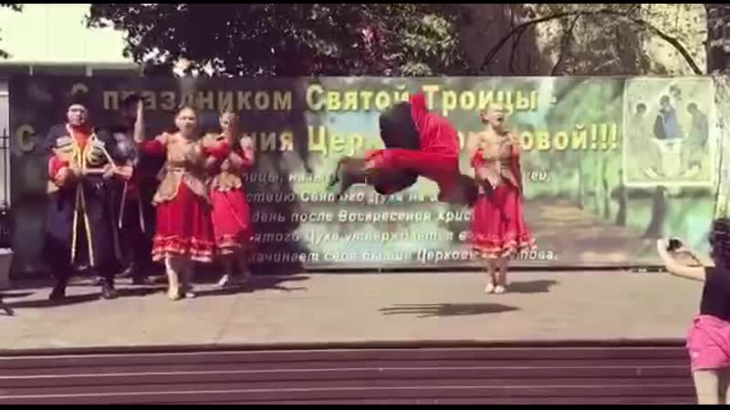 Элемент народного танца Лягушка