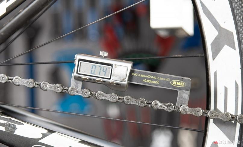 Инструмент KMC Digital Chain Wear Checker — персональный выбор для удобного измерения цепей. Метод измерения не не позволяет исключить износ роликов и измеряет суммарную величину.
