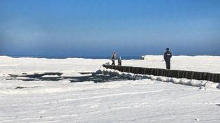 А У НАС ЗАМЕРЗЛО МОРЕ! Опасные прогулки по льду. Айсберги в Балтийском море.
