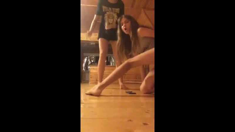 Босоногие подруги live запись трансляции девочки девушки школьницы стройные милые шортики girls schoolgirls young teen shorts